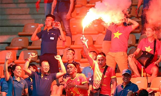 Fan quá khích U23 Việt Nam đốt pháo sáng tại ASIAD, VFF bị phạt 12.500 USD