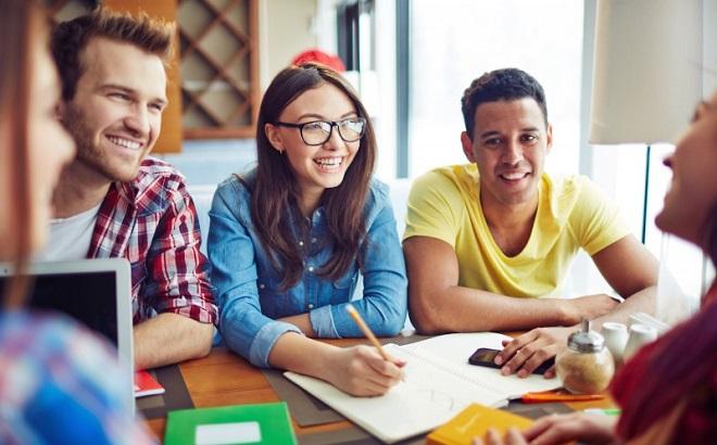 """10 bí quyết giúp bạn trở thành """"cao thủ"""" giao tiếp, luôn nổi bật trong những cuộc trò chuyện đông người"""