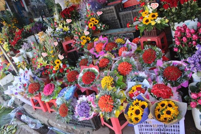 Trước ngày 20/10 giá hoa đắt đỏ gấp 2 - 3 lần ngày thường nhưng nhiều cửa hàng vẫn phải ngừng nhận đơn hàng