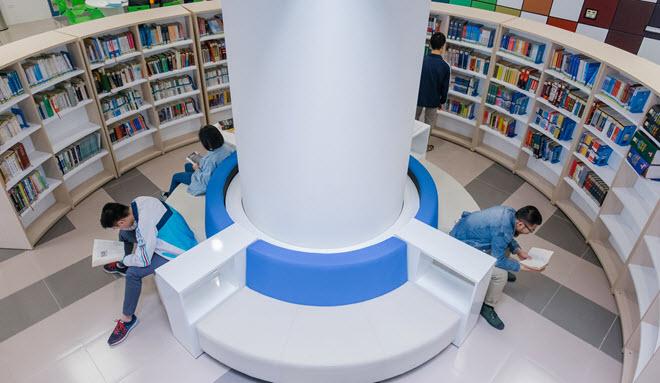 Ở thành phố giờ có quá nhiều thư viện long lanh, sang chảnh, chỉ cần sinh viên chăm học và đọc