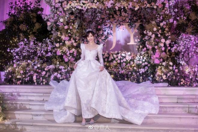 """Bật mí """"bí mật"""" ẩn trong chiếc váy cưới cổ tích tốn 5.000 giờ hoàn thiện của Đường Yên"""