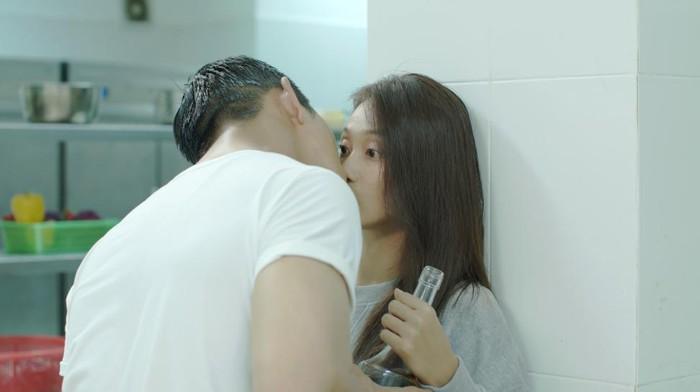 Nụ hôn rượu vang bản Hàn lãng mạn bao nhiêu, Khả Ngân phá nát bản Việt tụt cảm xúc bấy nhiêu!