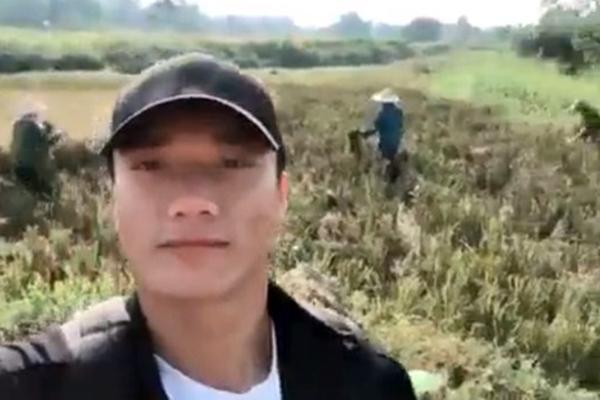 """Đứng livestream mẹ gặt lúa, Bùi Tiến Dũng bị dân mạng chê, phải vội vàng thanh minh: """"Từng đạt giải nông dân ưu tú 3 năm liền"""""""