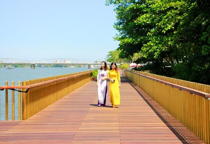 """Rủ nhau """"sống ảo"""" trên đường đi bộ lót sàn gỗ lim 64 tỷ đồng dọc sông Hương"""