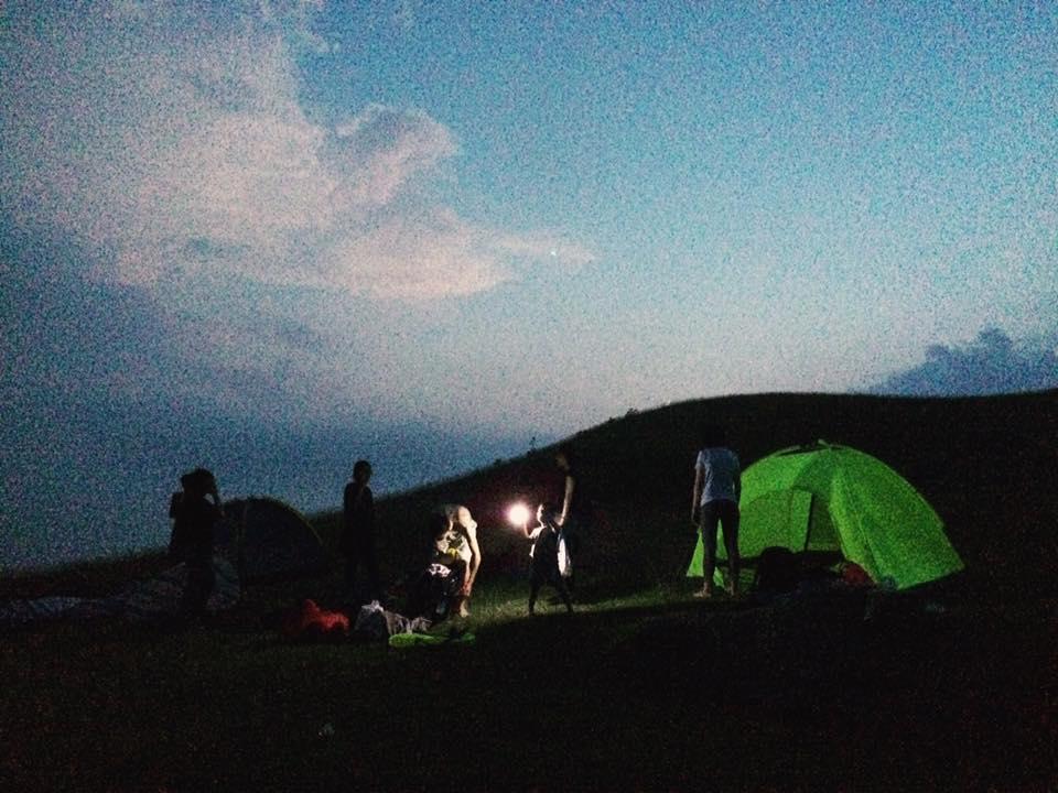 """Về Đồng Cao thôi em ơi, mùa cắm trại đẹp nhất săn """"biển trời, sông sao"""" về đây rồi!"""