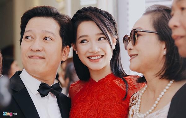 Full clip, hình ảnh đám cưới Trường Giang - Nhã Phương, chú rể cô dâu làm lễ trước bàn thờ gia tiên