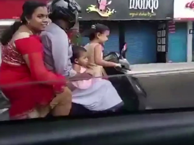Ông bố bị tịch thu bằng lái vì để bé gái 5 tuổi phóng xe máy tốc độ cao chở theo cả gia đình