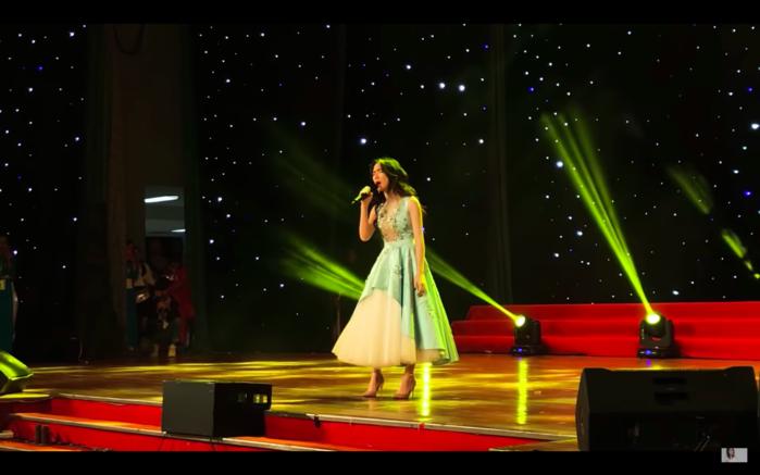 """Lần đầu hát live """"Rời bỏ"""" cực xúc động, điều gì khiến Hòa Minzy bật khóc ngay trên sân khấu?"""