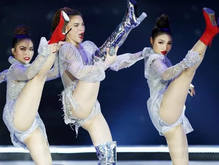"""Không phải thi hoa hậu tài năng, Hà Hồ vẫn có cách """"nổi"""" bằng váy xuyên thấu lọt đũng, mạnh bạo nhảy đá chân hở từ đầu đến cuối"""