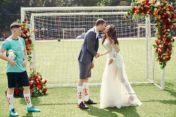 Cô dâu Việt và chú rể Pháp đi giày đá bóng chụp ảnh cưới ở sân bóng nhân dịp World Cup siêu dễ thương