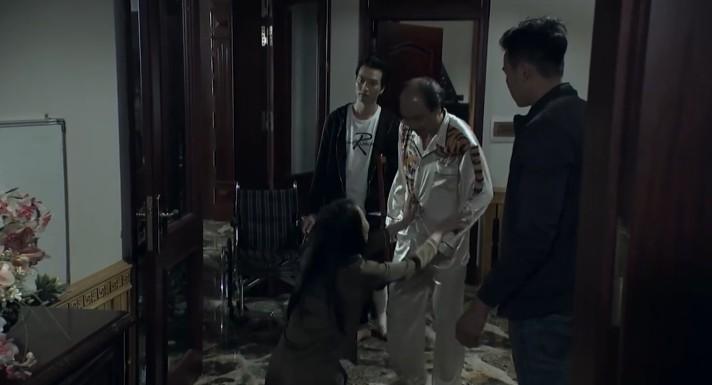 Bố con ông Cấn mưu hại Cảnh, Quỳnh lén gọi điện báo tin, bị phát giác ăn no đòn