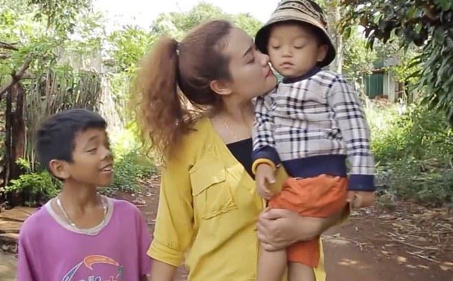 Cô gái dân tộc cứu mạng 2 đứa trẻ rồi nhận làm con nuôi, quên luôn cả lấy chồng