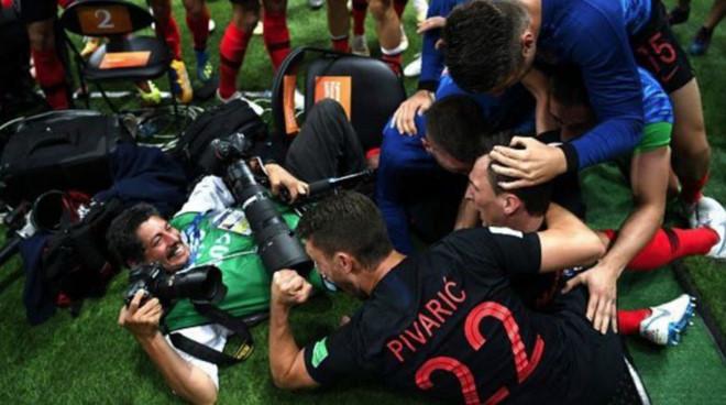 Bức ảnh vui nhất ngày: Mandzukic mải ăn mừng bàn thắng, lúc sau mới nhận ra đang đè ngửa anh phóng viên