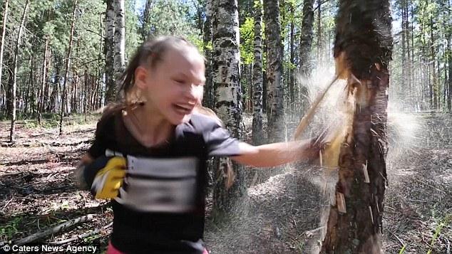 Thán phục bé gái 10 tuổi người Nga đấm nát thân cây to bằng tay không trong 1 phút