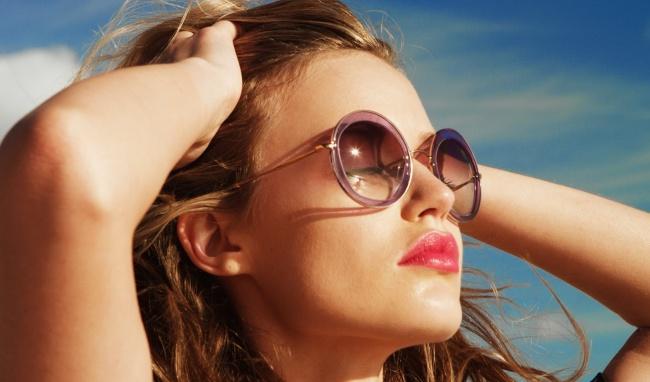 Đeo kính râm không chuẩn thì tốt nhất đừng đeo mà che bớt nắng đi kẻo mắt bị bệnh