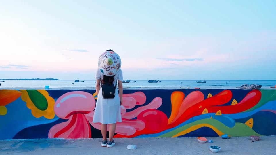 """Đứng ngồi không yên với """"bờ kè bích họa"""" sống động đầy màu sắc đầu tiên của đảo Lý Sơn"""
