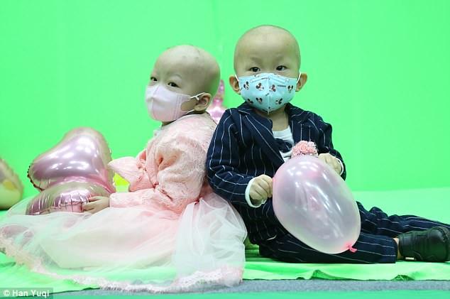 Đám cưới cảm động của cặp đôi 2 tuổi mắc bệnh bạch cầu, gia đình nghèo khó