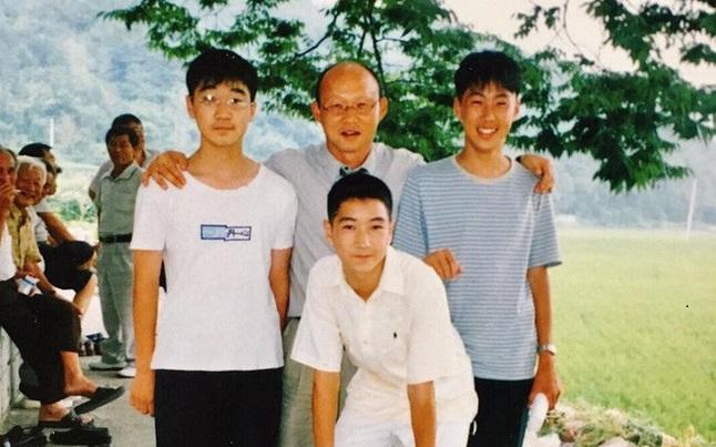 Bức ảnh cũ nghi là của HLV Park Hang Seo chụp cùng Son Heung Min đang được lan truyền chóng mặt