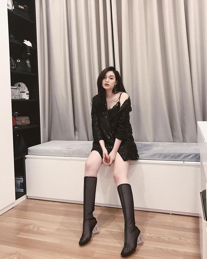 Năm 2013, Ngọc Mon kết hôn với ông xã kém mình 1 tuổi làm trong ngành thiết kế nội thất. Không tham gia showbiz, cô nàng lựa chọn con đường kinh doanh và hiện đang là chủ nhiều thương hiệu thời trang.