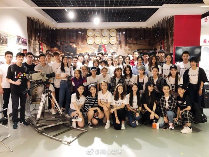 Chỉ một bức hình tập thể, nhan sắc của học viên lò đào tạo minh tinh đẳng cấp châu Á đã lộ diện long lanh