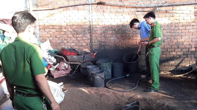 Vụ cà phê trộn lõi pin: Đối tượng đem hỗn hợp trộn với phân lợn nhằm tiêu hủy chứng cứ