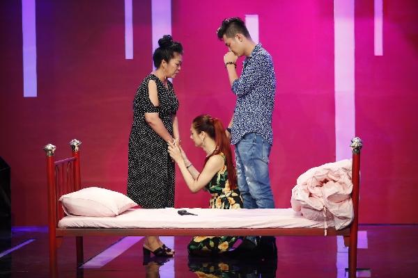Clip: Lâm Khánh Chi quỳ gối cầu xin mẹ chồng không bỏ nhà đi, nhưng ở nhà chỉ thương bố chồng