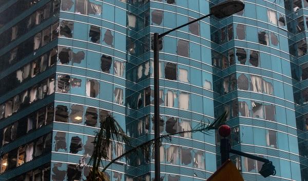 Hồng Kông thiệt hại nặng nề do siêu bão Mangkhut, hàng loạt tòa nhà cửa kính vỡ vụn