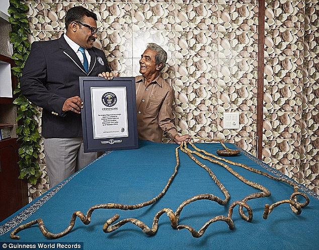"""""""Dành cả thanh xuân"""" để nuôi móng tay dài gần bằng một chiếc xe buýt, cụ ông đạt kỷ lục Guinness ở tuổi 82"""