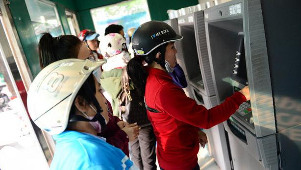 Các ngân hàng tăng phí dịch vụ do hệ thống ATM quá tải và xuống cấp nhanh