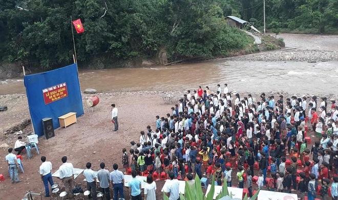 Nghẹn lòng hình ảnh lễ khai giảng bên bờ suối với dòng nước lũ chảy qua của thầy trò vùng cao