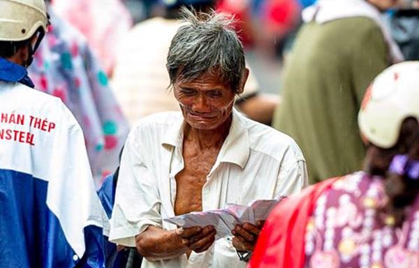 Nghẹn ngào trước hình ảnh cụ ông bán vé số khóc giữa trời mưa và câu chuyện đằng sau