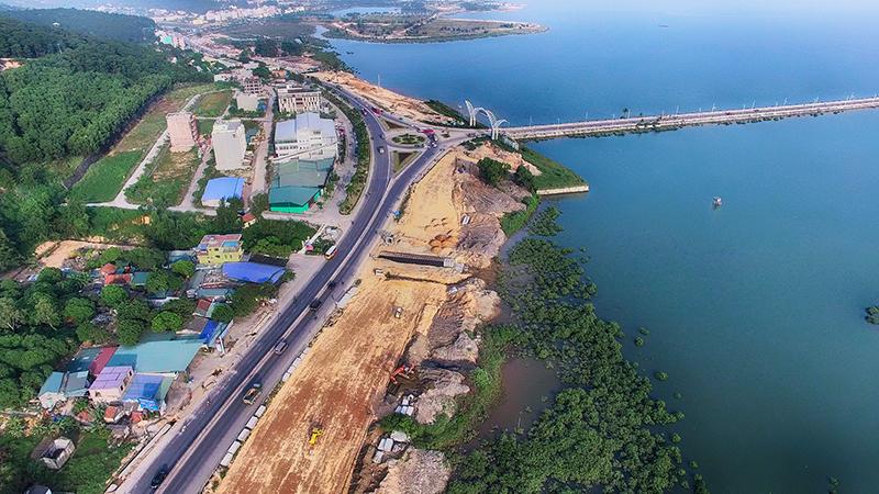 Ngỡ ngàng với tuyến đường 10 làn xe chẳng khác nào Singapore đầu tiên và lớn nhất tại Quảng Ninh