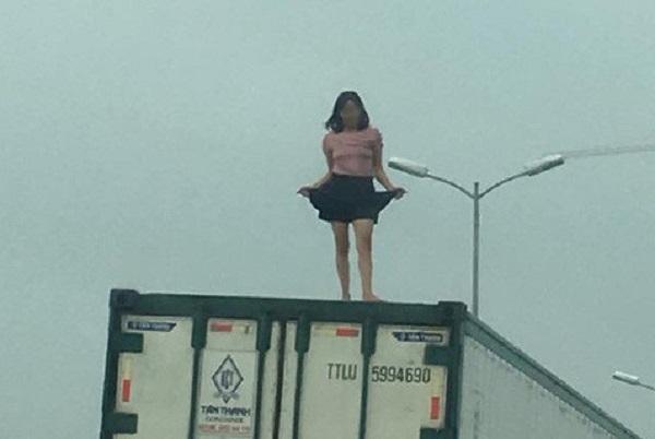 Người phụ nữ mặc váy ngắn nhảy múa trên nóc xe container khiến tài xế hoảng hốt, gây ùn tắc giao thông