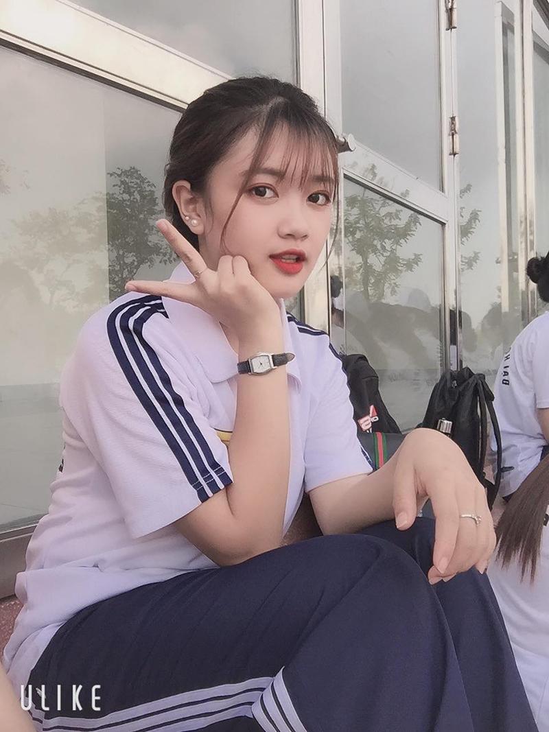 Ngoài đồng phục lớp, đồng phục áo dài thì đồng phục thể dục cũng là một trang phục gắn liền với thời học sinh của nhiều bạn trẻ. Và cô bạn Vũ Lan Anh (sinh năm 2000, quê Lào Cai) cũng may mắn có được kỷ niệm đáng nhớ với bộ đồng phục này nhờ bức ảnh chụp vội của bạn cùng lớp.