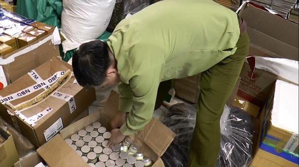Thu giữ hàng nghìn chai mỹ phẩm không rõ nguồn gốc, chủ cơ sở tự đóng chai và dán mác