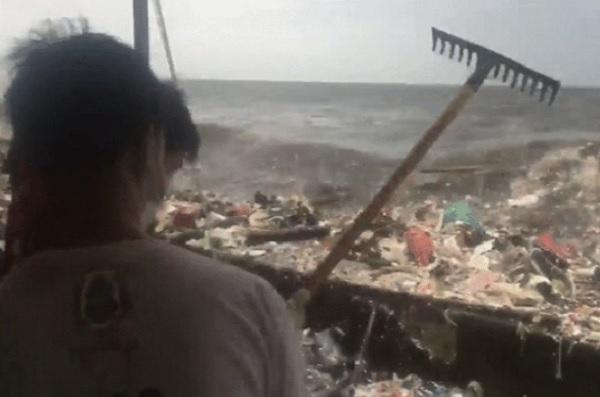 """""""Sóng rác"""" khổng lồ xuất hiện tại Philippines, công nhân vệ sinh hất ngược ra biển"""