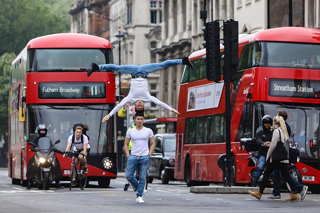 Người Anh kinh ngạc trước màn chồng đầu trên đường phố London của Quốc Cơ - Quốc Nghiệp