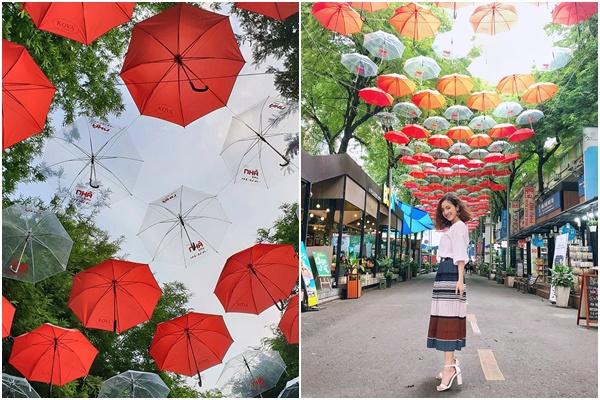 Sống ảo chẳng lo mất phí với phố sách treo ô đỏ ngợp sắc trời giữa Sài Gòn hoa lệ