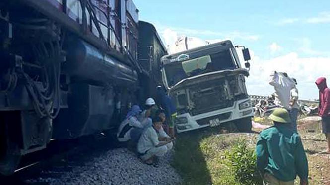 Vụ tai nạn đường sắt thứ 2 trong chưa đầy 24h ở Nghệ An: Xe bồn bị tàu đâm văng ra đường
