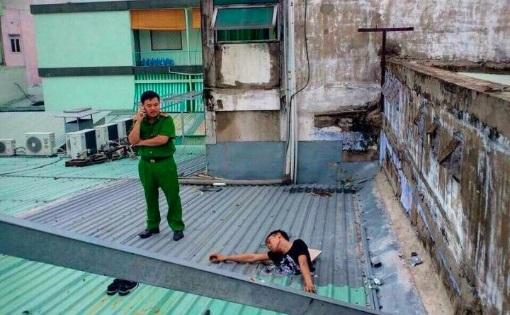 Tên trộm mắc kẹt trên mái nhà cả đêm không chết do bị điện giật như tin đồn trên mạng