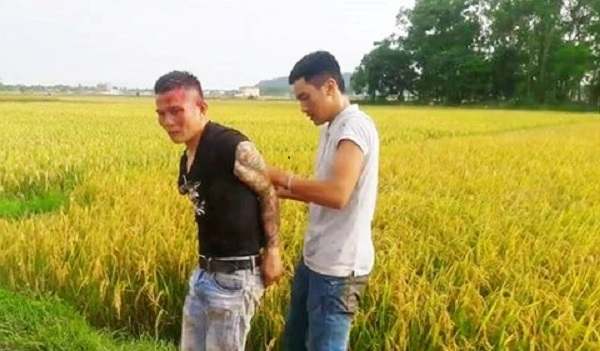 """Nhóm thanh niên mang hung khí ra đồng đòi """"bảo kê"""" máy gặt lúa bị dân đánh nhừ tử"""
