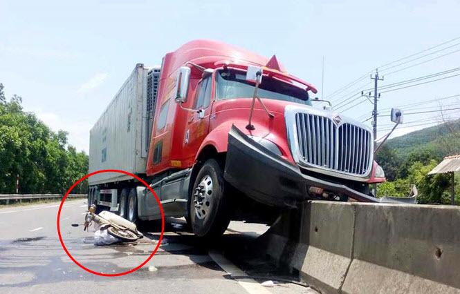 Thêm một tài xế bẻ lái cứu người: Lao xe container lên dải phân cách cứu phụ nữ băng qua đường đột ngột