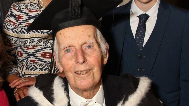 Cụ ông khiến cả thế giới phải ngả mũ khi tốt nghiệp Đại học Oxford ở tuổi 95