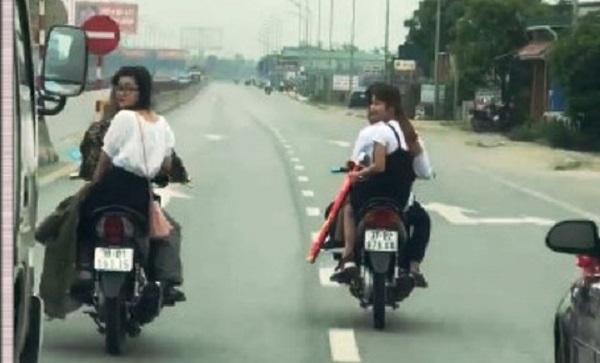 Triệu tập nhóm nam thanh niên chở bạn gái không đội mũ bảo hiểm, dàn hàng ngang trước đầu ô tô trên quốc lộ