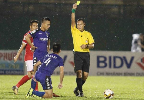 Ban trọng tài VFF lên tiếng về sai sót nghiêm trọng, khôi hài của trọng tài V-League tại Bình Dương