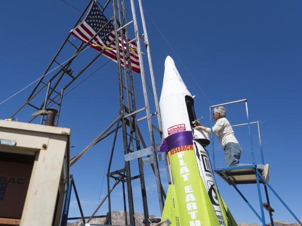 Nhà khoa học rơi từ độ cao 571 m sau khi phóng mình lên không trung bằng tên lửa tự chế