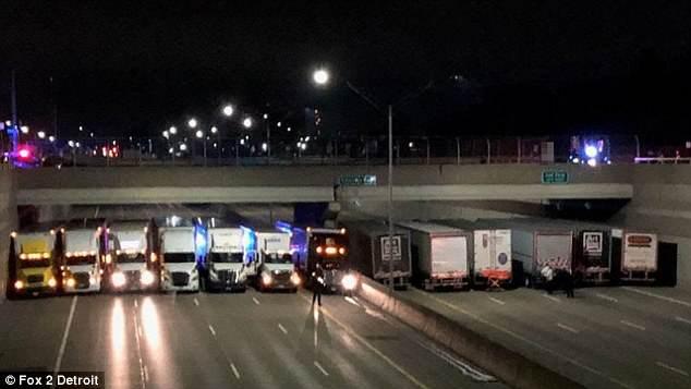 Ngăn cản vụ nhảy cầu tự tử, cảnh sát vô cùng sáng tạo khi điều 13 chiếc xe tải xếp hàng dưới chân cầu