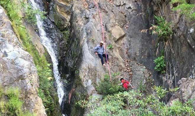 Vất vả đưa thi thể phượt thủ tử nạn qua thác Lao Phào, hé lộ hành trình đi lạc đáng tiếc