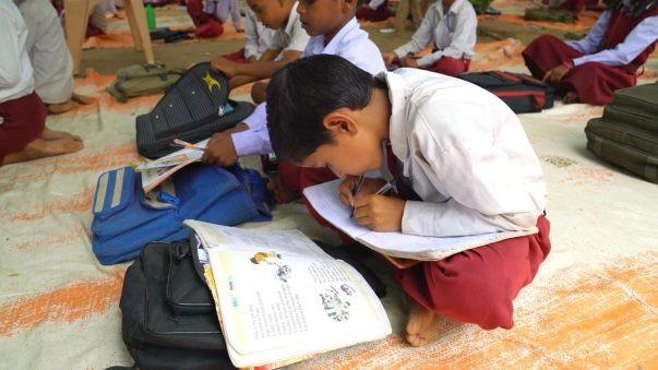 """""""Bái phục"""" ngôi trường Ấn Độ dạy học sinh viết hai tay song ngữ trong cùng một thời điểm"""