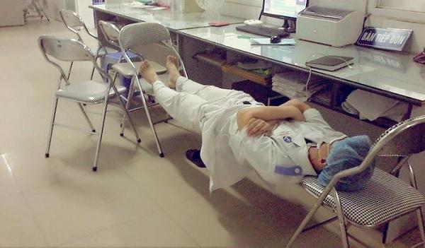 Ăn tranh thủ, ngủ khẩn trương, ế là xu thế... thì chỉ có thể là sinh viên ngành y, tại vì...